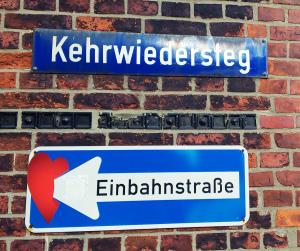 lustiges Schild:  Einbahnstraße in der Hamburger Speicherstadt