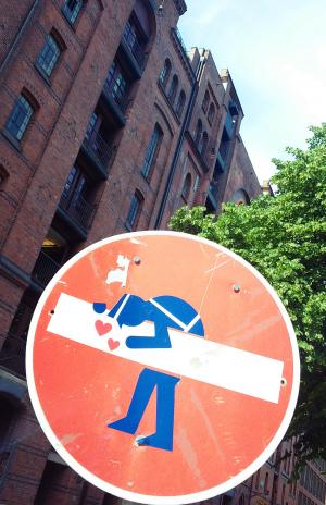 Streetart mit Humor: lustige Verkehrsschilder