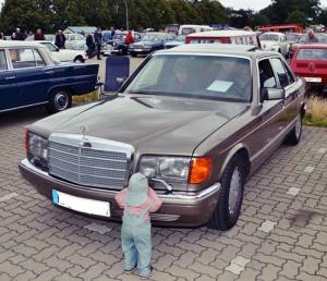 lustiges Foto Kind und Auto