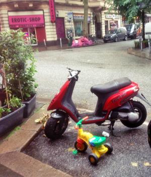 lustiges Foto: Dreirad Parkplatz auf dem Kiez