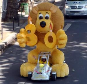 komischer lustiger Löwe in Paris beim Radrennen