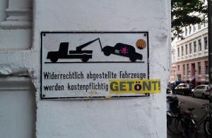 Fahrzeug abstellen, lustiger Spruch auf dem Schild